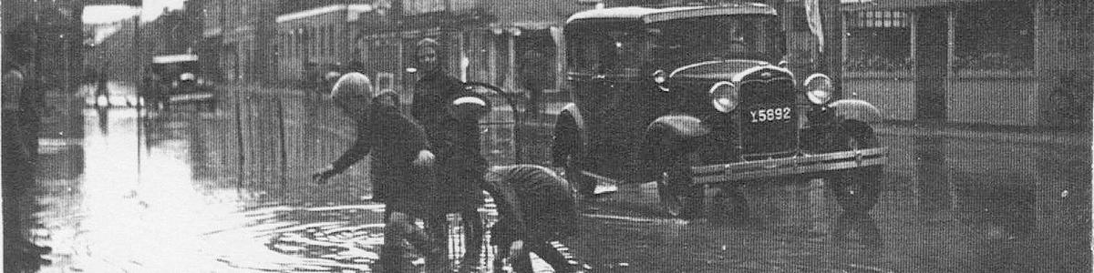 Legende børn i oversvømmet Algade ca. 1935